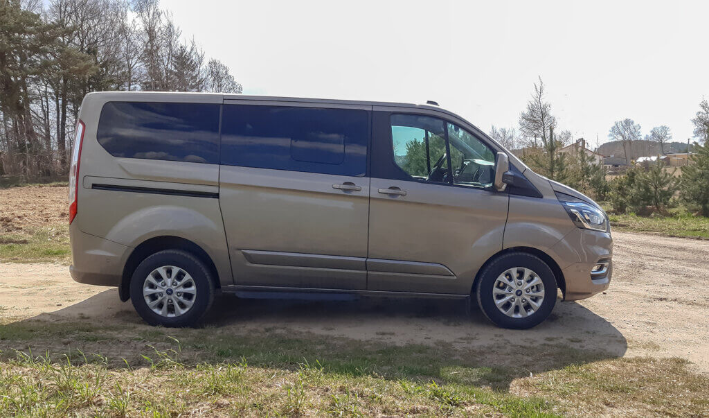 Ford Tourneo Custom PHEV - widok z boku
