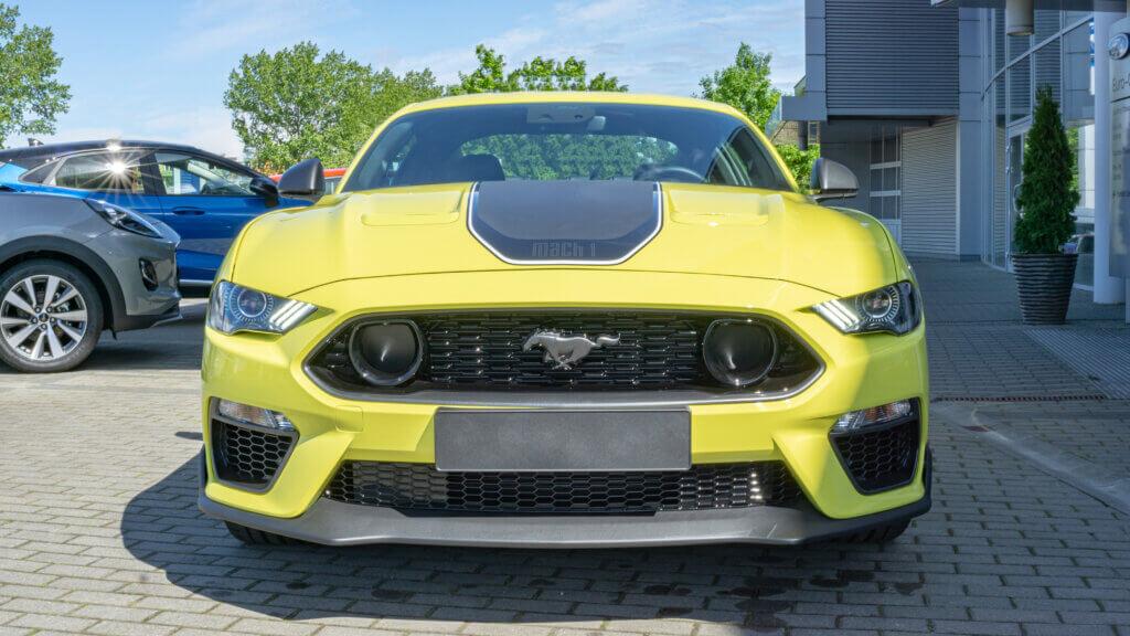 Ford Mustang Mach1 przód samochodu zółty