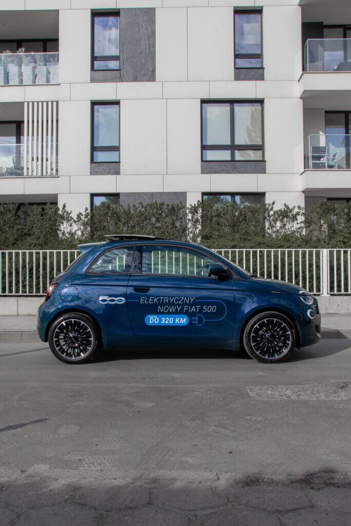 Nowy Fiat 500 BEV bok hatchback panorama