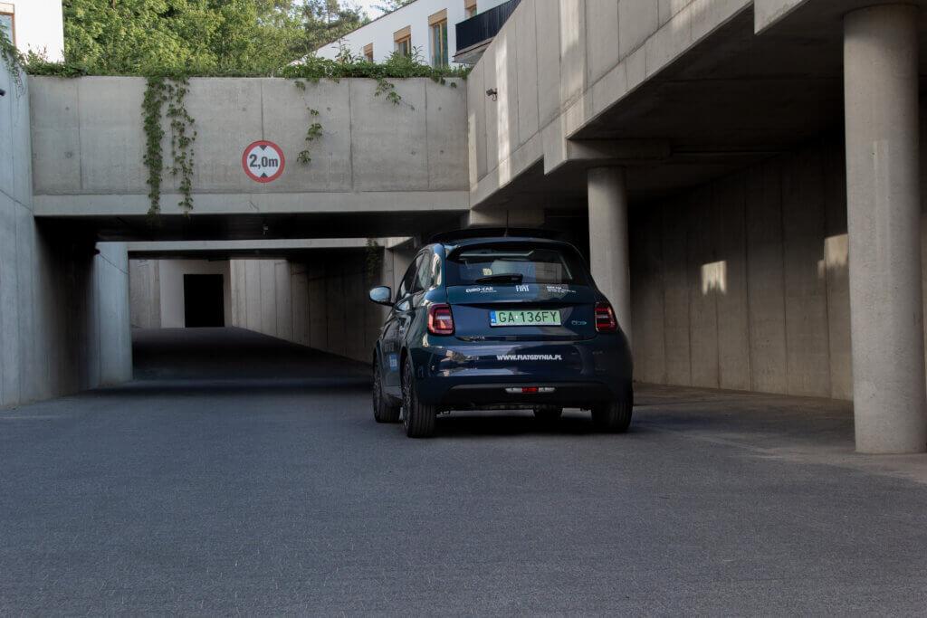 Nowy Fiat 500 BEV tył samochodu panorama